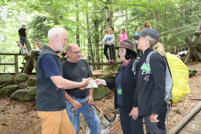 Lukas Laux (v.l.) und Werner Kaatz überreichen an die Waldführerinnen Marianne Melch und Jutta Pongratz das Begleitheft für den Naturerlebnispfad – ein ganz besonderes Erlebnis im Waldspielgelände.