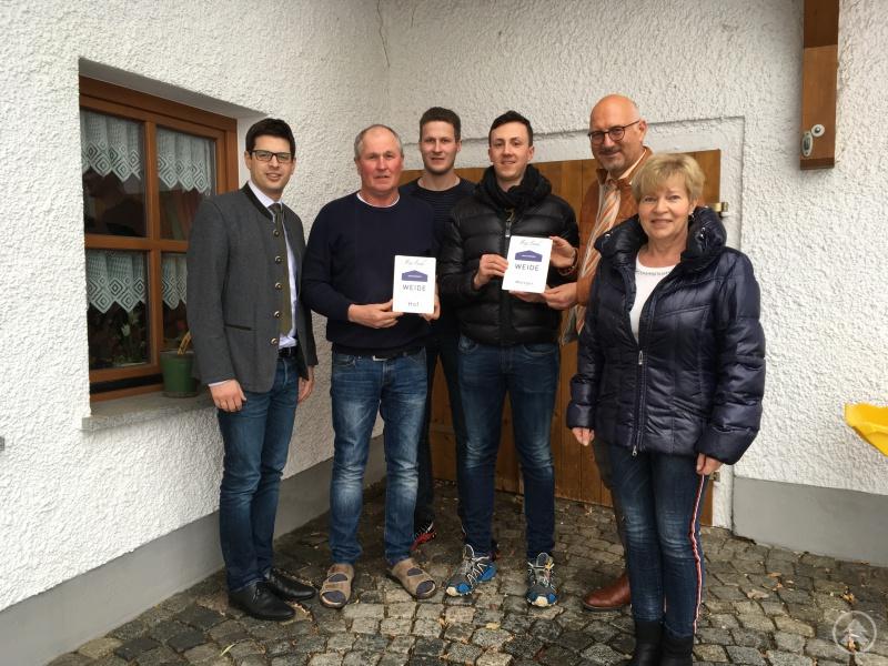 v. l.: Bürgermeister Martin Pichler, Anton und Tobias Höcker, Simon Pleintinger,  Manfred Eibl und Helga Höcker, bei der Überreichung der Markenschilder