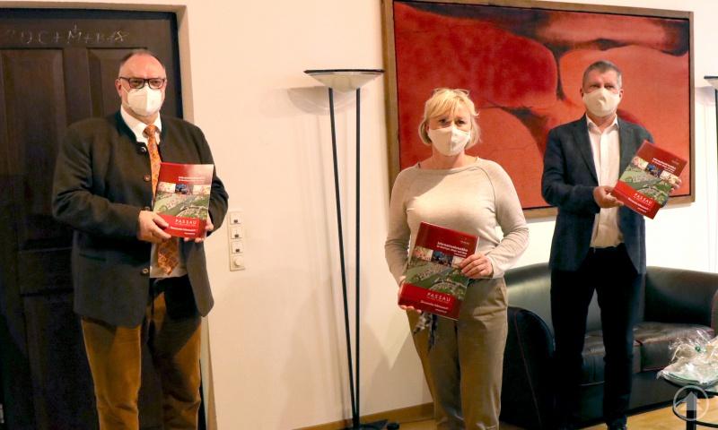 Oberbürgermeister Jürgen Dupper (links) stellte gemeinsam mit dem Geschäftsführer der Presse & Mehr GmbH, Reiner Fürst (rechts), und Sandra Schacherbauer (Mitte)die Broschüre vor.