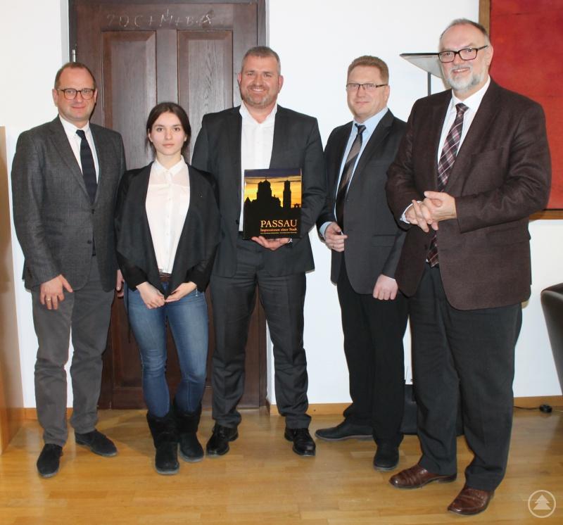 Konstantin Frei (Mitte) und Carina Frei (2. von links) von der neu gegründeten Kreis- und Ortsgruppe Passau freuen sich mit dem Bundesvorsitzenden Waldemar Eisenbraun (2. von rechts) über den Besuch bei Oberbürgermeister Jürgen Dupper (rechts). Kulturreferent Dr. Bernhard Forster (links) wird künftig als Ansprechpartner dienen.