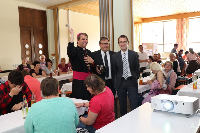 Bischof Stefan Oster segnet die Mitarbeitenden und die neuen Räume. Beim Rundgang mit dabei die Caritasvorstände Michael Endres und Diakon Konrad Niederländer.