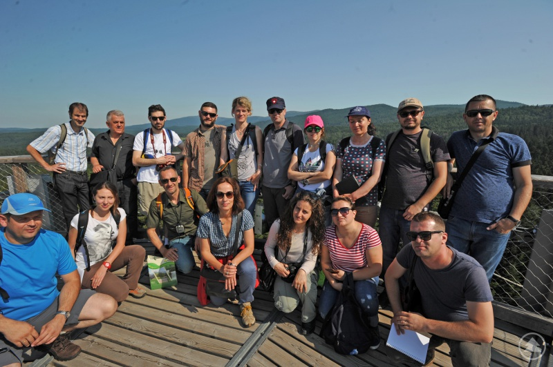 Auf dem Baumwipfelpfad begrüßte stellvertretender Nationalparkleiter Jörg Müller (hinten links) die südosteuropäische Gruppe.