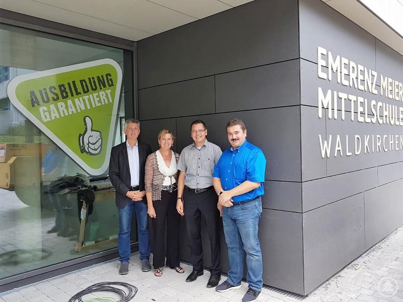 (v.l.) MdL Prof. Dr. Gerhard Waschler, Schulleiterin Marita Schiller, Bürgermeister Heinz Pollak und Waldkirchens zweiter Bürgermeister Max Ertl.