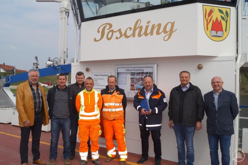 Die Fährleute Christian Scheuerer (2. von links), Manuel Rauschendorfer (4. von links) und Manfred Kinder (5. von links) nach der erfolgreichen Prüfung gemeinsam mit Tiefbauamtsleiter Markus Fischer (ganz rechts), Dr. Dieter Urmann (2. von rechts) und den drei Prüfern des Wasser- und Schifffahrtsamtes.