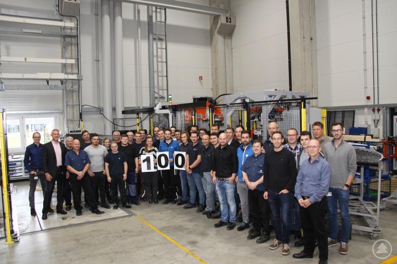 Das Team von Test Systems bei ZF in Patriching feiert die Fertigstellung des 100. LUB5 Reifenprüfstands.