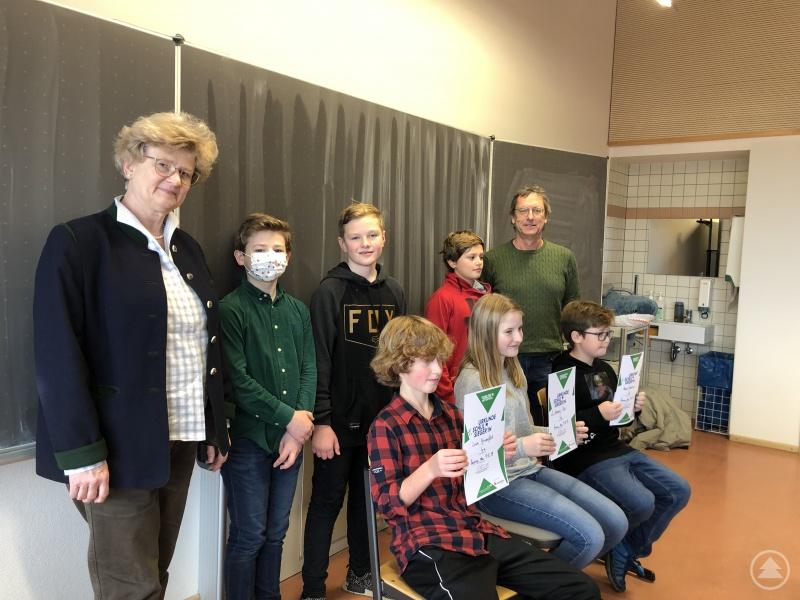 Stolz präsentieren die Sieger des diesjährigen Vorlesewettbewerbs am Gymnasium Freyung ihre Urkunden.