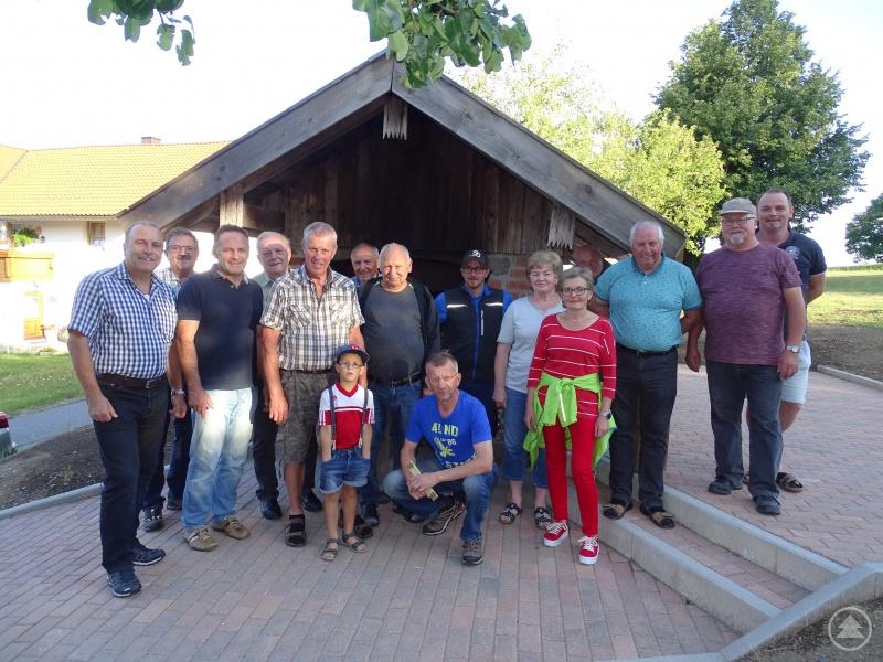 Gelebte Dorfgemeinschaft. Die Agenda 21 Gruppe Schönbrunn am Lusen gestaltete die Außenanlage um den Dorfbackofen und wurde dabei durch die LAG mit 1.750 Euro unterstützt.