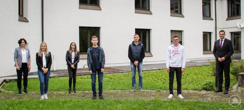 Landrat Sebastian Gruber (rechts) und Leiterin Hauptverwaltung Sibylle Müller (links) begrüßten die Auszubildenden (von links) Janine Schuh, Lena Eckmüller, Patrick Fuchs, Bernhard Exl und Florian Schönberger.
