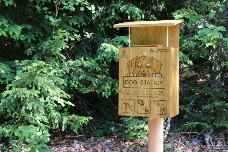 In Holzoptik finden Besucher die neuen Dog-Stations rund um die Tier-Freigelände sowie im Waldspielgelände.