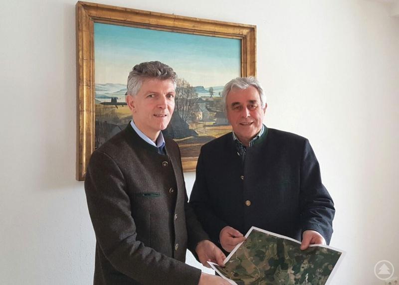 dL Dr. Gerhard Waschler (l.) im Gespräch mit Breitenbergs Bürgermeister Helmut Rührl (r.)