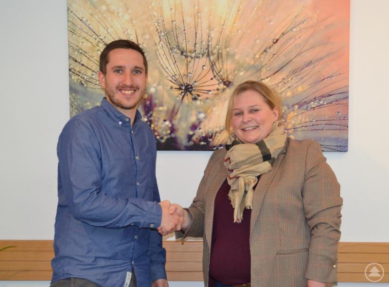 Johannes Halser begrüßt Frau Dr. Raphaela Zitzelsberger in den Praxis-Räumen des MVZ Grafenau in der Ulrichstraße.