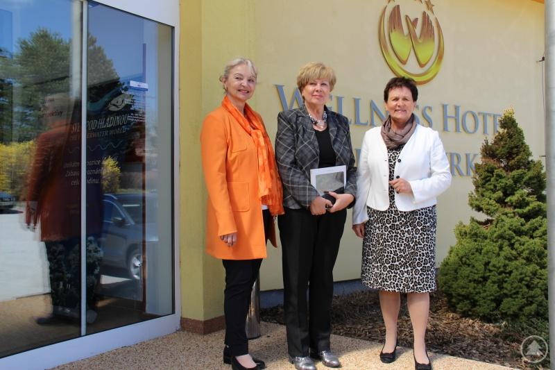 Einträchtig zusammen (von links nach rechts): die Bezirkshauptfrau Wilbirg Mitterlehner aus dem öberösterreichischen Bezirk Rohrbach, die tschechische Bezirkshauptfrau von Südböhmen Ivana Stráská und die stellvertretende Landrätin von Freyung-Grafenau Renate Cerny.