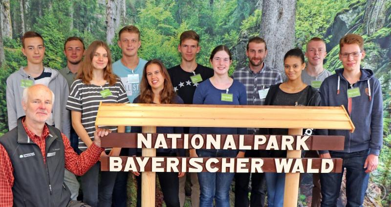 Umweltbildungsreferent Lukas Laux (vorne links) mit den jungen Mannschaft, die seit September im Nationalpark tätig ist.