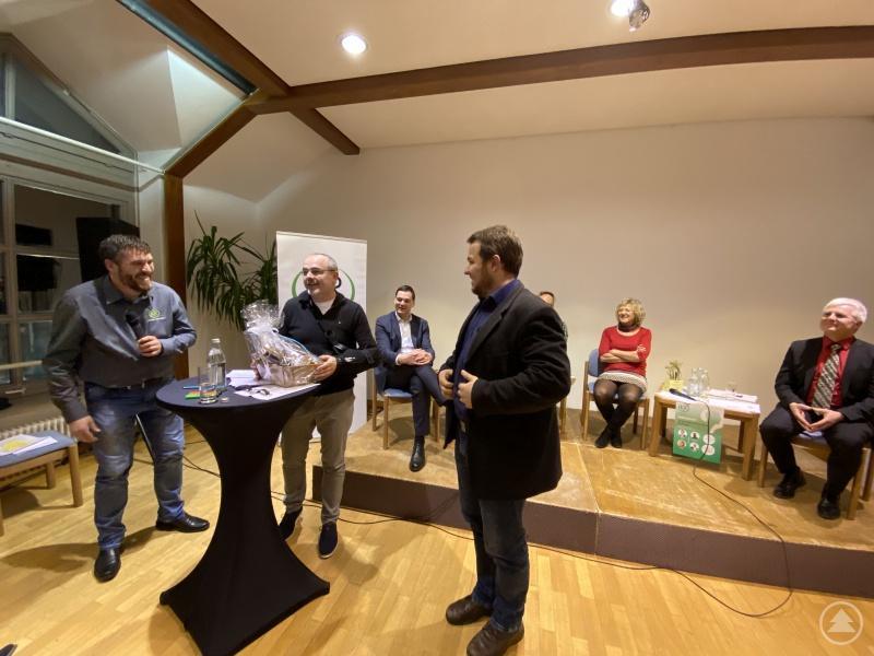 1. Vorsitzender Georg Peschl (l.) und Vorstandsmitglied (Johannes Geier (r.) bedankte sich bei Martin Gruber(Mitte) für seine hervorragende Moderation.