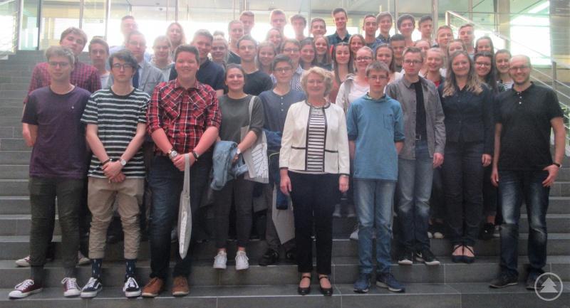Auf ihre Einladung hin waren die Schülerinnen und Schüler nach Berlin gekommen: Parlamentarische Staatssekretärin Rita Hagl-Kehl inmitten ihrer Besucher vom Gymnasium Freyung.