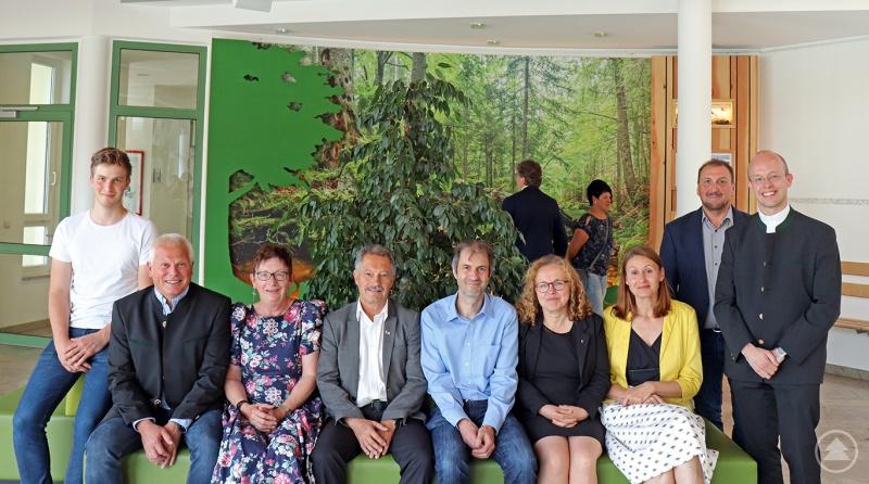 Rektorin Iris Schneck (3. von links) und Prof. Jörg Müller, stellvertretender Leiter des Nationalparks (5. von links), freuten sich gemeinsam mit den Ehrengästen über die neu eingeweihte Nationalparkecke.