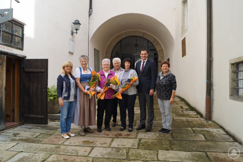 Von links: stellvertretende Landrätin Helga Weinberger, Theresia Weishäupl, Rosemarie Kronschnabl, Maria Kapsner, Brigitte Draxinger, Landrat Sebastian Gruber und stellvertretende Landrätin Renate Cerny