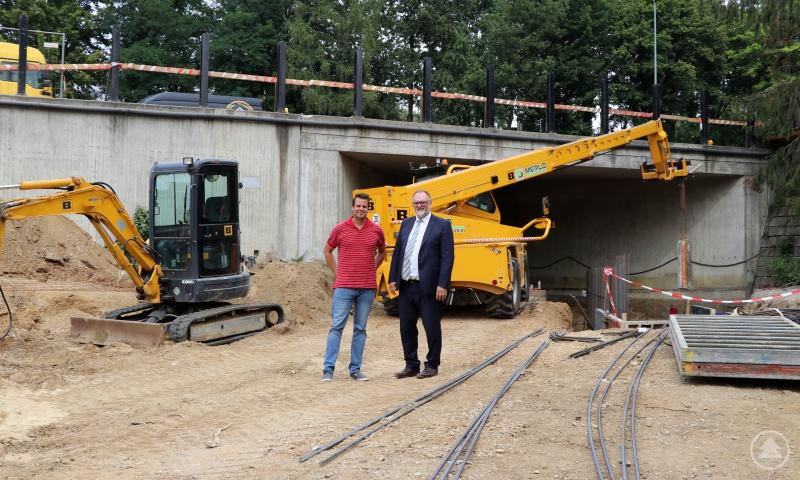 Oberbürgermeister Dupper besichtigt gemeinsam mit Mathias Löwe, Dienststellenleiter des städtischen Straßen- und Brückenbauamtes, die Baustelle.