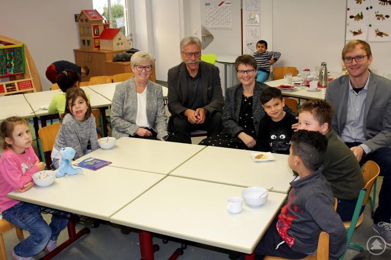 Schulleiterin Linda Langer, ihr Stellvertreter Thomas Adam und die Schüler freuten sich, dass sie Landrätin Rita Röhrl und den Landkreiskämmerer Franz Baierl an der Schule am Weinberg zum Schulfrühstück begrüßen durften.