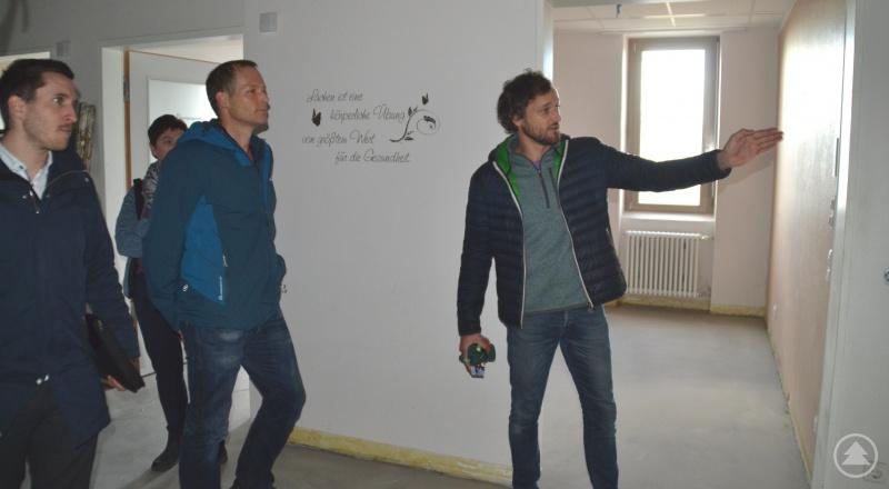 Im November bei der Ortsbesichtigung zeigen Andreas und Maximilian Windorfer die zukünftigen Praxisräumlichkeiten. Johannes Halser, Management Gesundheitszentrum hört interessiert zu. Viel getan hat sich seitdem. In 4 Wochen geht man hier an den Start.
