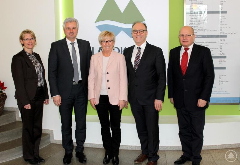 Landrätin Rita Röhrl mit den Leitern der KPI Straubing, Kriminaldirektor Werner Sika und Kriminalrätin Ingrid Grötzinger sowie den Leitern der KPS Deggendorf, EKHK Martin Vöst und EKHK Karl Hirtreiter.
