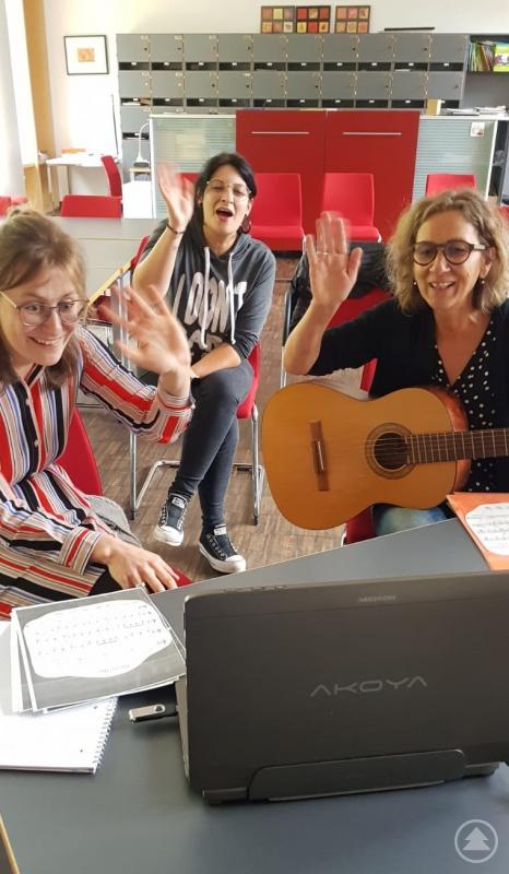 (v.li.): Lena Kern (Heilpäd. Förderlehrerin), Manuela Bauer (Individualbetreuerin) und Monika Gutsmiedl an der Gitarre (Erzieherin)