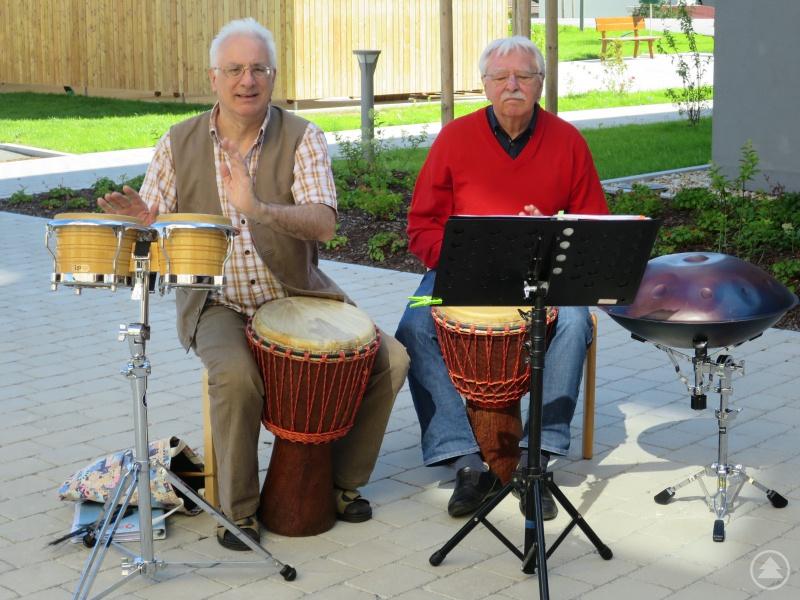 Kurt Deutsch (re.) und Walter Auer sorgen vor St. Gisela mit afrikanischen und lateinamerikanischen Rhythmen für Schwung.