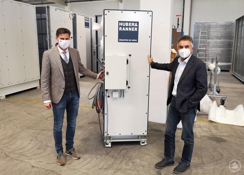 Udo Ranner präsentiert MdL Walter Taubeneder ein mobiles Luftreinigungsgerät von Huber & Ranner, wie es auch im schulischen Bereich zum Einsatz kommen könnte.