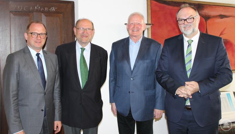 Oberbürgermeister Jürgen Dupper (rechts) und Kulturreferent Dr. Bernhard Forster (links) beim Gespräch mit den Vorsitzenden des Fördervereins Städtische Musikschule Passau, Dr. Pankraz Freiherr von Freyberg (2. von links) und Erich Geiling.