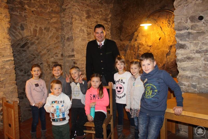 """Auch der """"Chef"""" ihrer Eltern, Landrat Sebastian Gruber, hatte sich Zeit für die jungen Gäste genommen und begrüßte sie zu einem reichhaltigen Frühstück in der Schlosstaverne."""