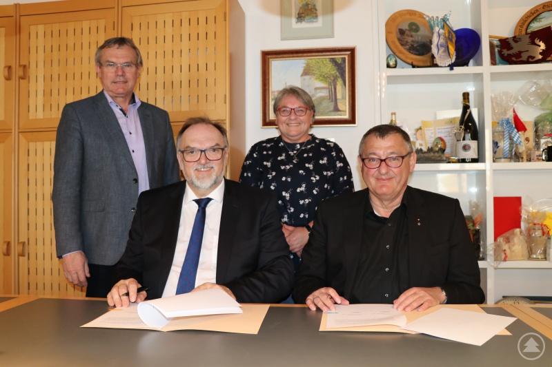 Oberbürgermeister Jürgen Dupper (vorne, von links) und Dekan Dr. Wolfgang Bub, 1. Vorsitzender der Diakonie, besiegeln die Vereinbarung mit ihrer Unterschrift im Beisein von Josef Zacher (hinten, von links), Referent für Ordnung, Soziales und Familie, und Sabine Aschenbrenner, Geschäftsführerin der Diakonie.