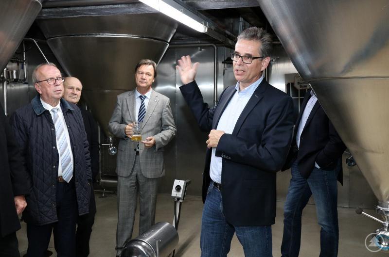 Im Anschluss an die Sitzung führte Bucher Bräu Geschäftsführer Hans-Ulrich Wiedemann (im Vordergrund rechts) die Gremiumsmitglieder durch den Betrieb - unter ihnen Gremiumsvorsitzender Alois Atzinger (links) und IHK-Hauptgeschäftsführer Walter Keilbart (3. von links)