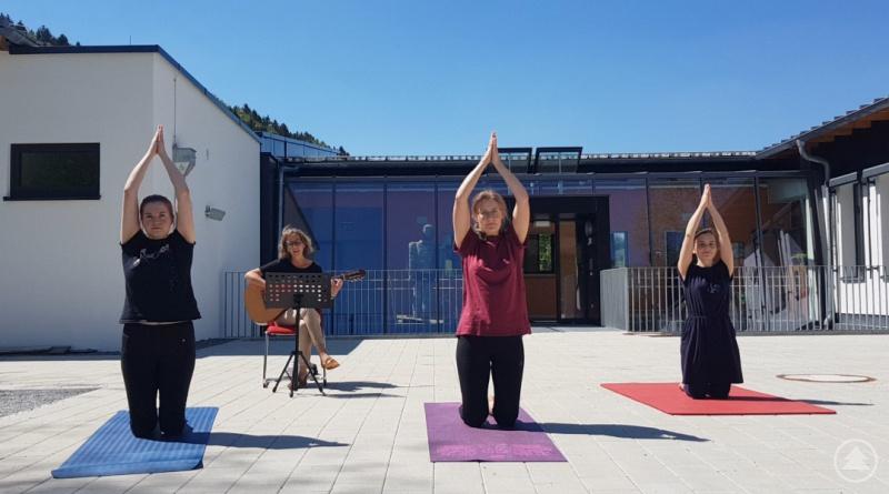 Drehen ein Yoga-Video (v.li.): Barbara Schell (Studien-Referendarin), Monika Gutsmiedl (Erzieherin), Lena Kern (Heilpäd. Förderlehrerin) und Romana Moselewski (Studienrätin im Förderschuldienst).