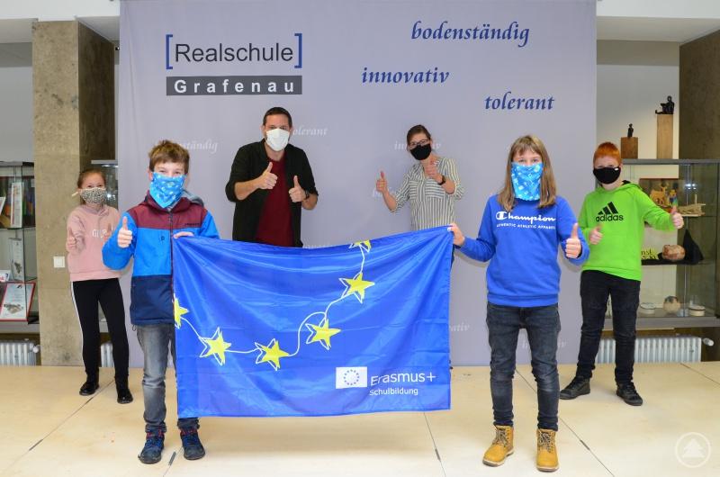 Erasmus und dazu passende Alltagsmasken kamen an der Realschule Grafenau gut an, sehr zur Freude der Koordinatoren Andrea Wenzl und Andreas Apfelbacher.