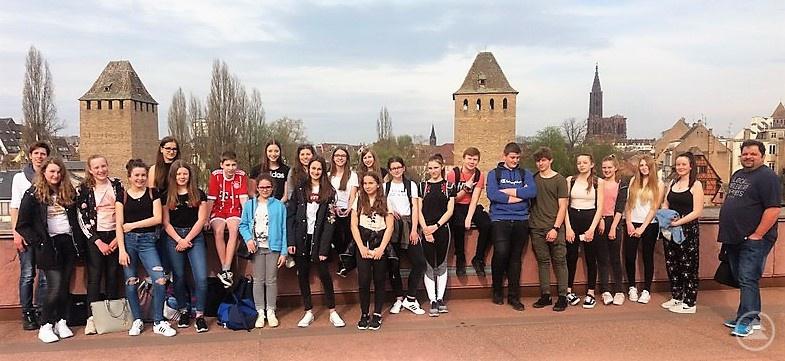 Die Grafenauer auf dem Wehr von Vauban vor der Kulisse von Straßburg.