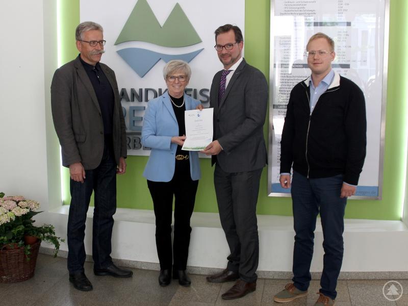Florian Pronold (3.v.li.) übergab das Zertifikat an Landrätin Rita Röhrl. Kämmerer Franz Baierl (li.) und Klimaschutzmanager Andreas Ritzinger freuten sich mit ihr über die hohe Förderung.