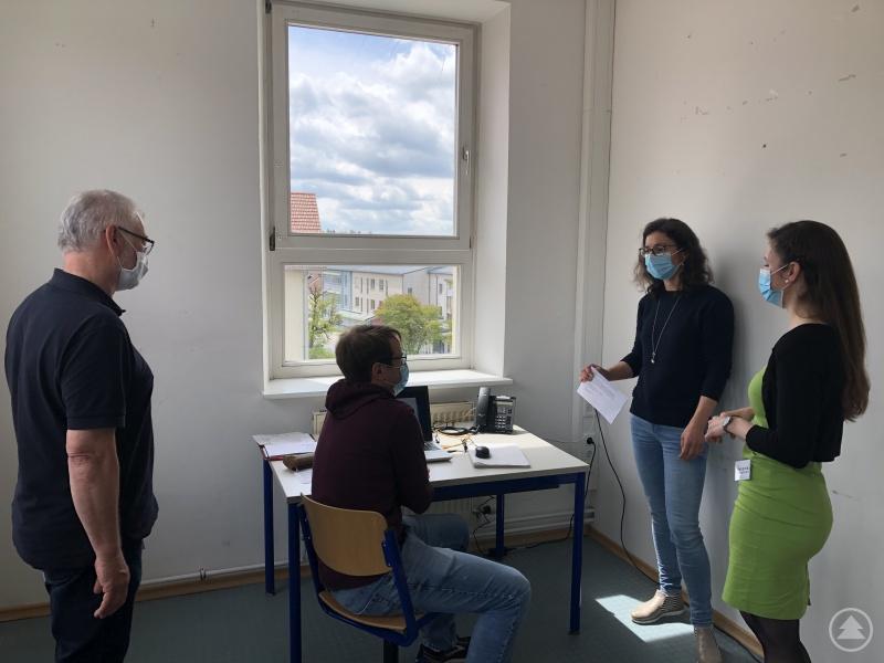 (von links nach rechts): Der zusätzlich eingestellte Arzt Dr. Josef Wegele, Anwärter Christoph Dachl, Abteilungsleiterin Dr. Sonja Kandlbinder und Verwaltungsleiterin Verena Holzbauer im Gespräch