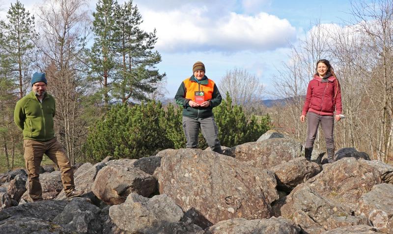 Gabi Zechmann (Mitte) erhielt von Cornelia Straubinger und Dr. Christoph Heibl als Dankeschön für ihr außergewöhnliches Engagement im Artenschutz ein botanisches Fachbuch.
