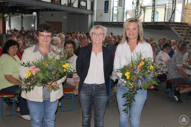 Landrätin Rita Röhrl bedankte sich bei Doris Werner (re.) und Monika Lallinger (li.) für ihren Einsatz.