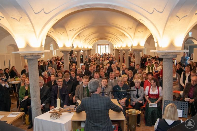 Vor 400 geladenen Gästen im vollbesetzten Gewölbesaal hielt Kultusminister Bernd Sibler seine Festrede.