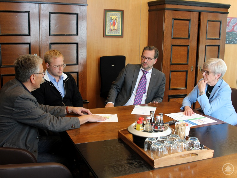 Landrätin Rita Röhrl freute sich über den Besuch des Staatssekretärs Florian Pronold (3.v.li.). Zusammen mit Kämmerer Franz Baierl (li.) und Klimaschutzmanager Andreas Ritzinger nahm sie das Zertifikat entgegen.
