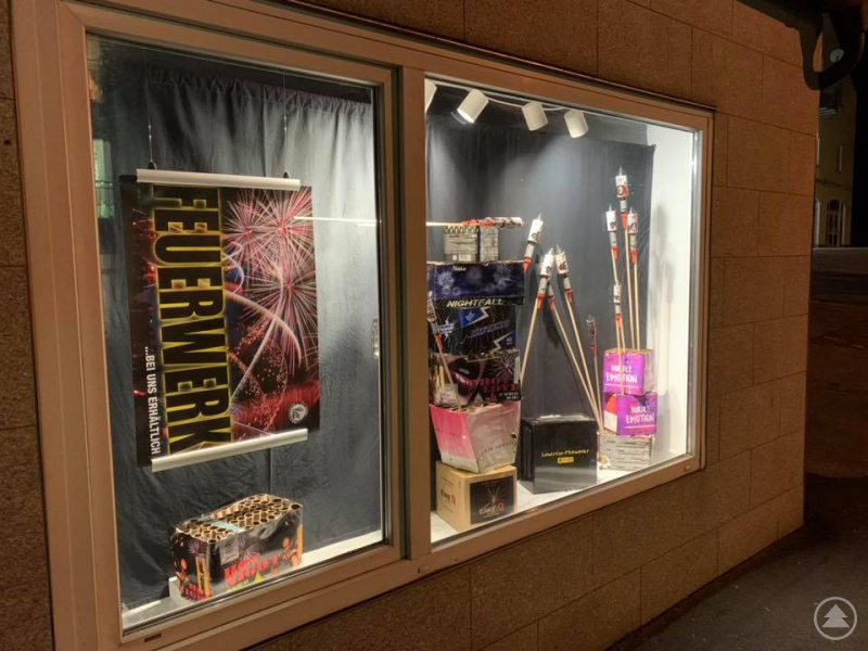 Schaufenster in Grafenau mit bereits abgebrannten Feuerwerken