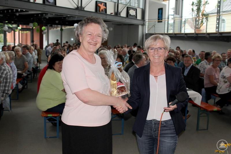 Unser Bild zeigt Landrätin Rita Röhrl mit Ingeborg Treml (li.), die am Sommerfest auch ihren 65. Geburtstag feiern konnte.