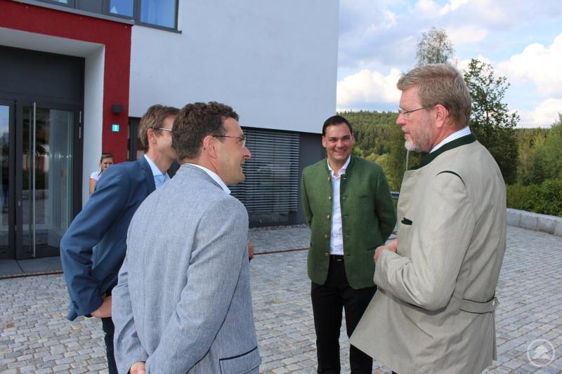 Vor dem Technologie Anwender Zentrum (TAZ) Spiegelau begrüßten Spiegelaus Bürgermeister Karlheinz Roth, MdL Max Gibis und Landrat Sebastian Gruber den Umweltminister Dr. Marcel Huber.