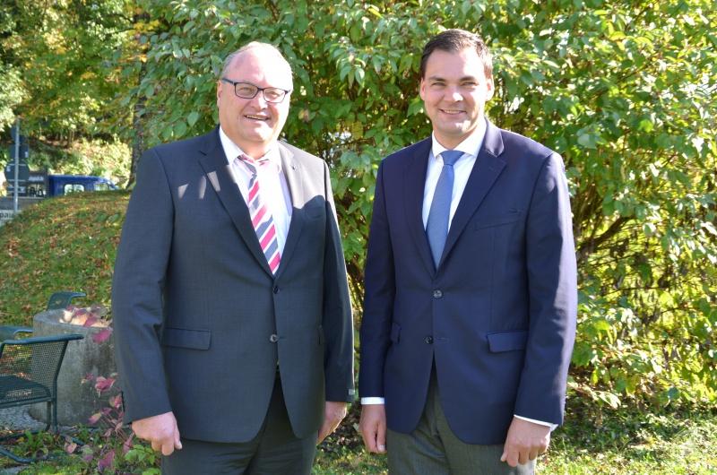 Der scheidende Geschäftsführer der Kliniken Am Goldenen Steig gGmbH Helmut Denk mit Landrat Sebastian Gruber. Das Foto entstand bei der letzten gemeinsamen Aufsichtsratssitzung.