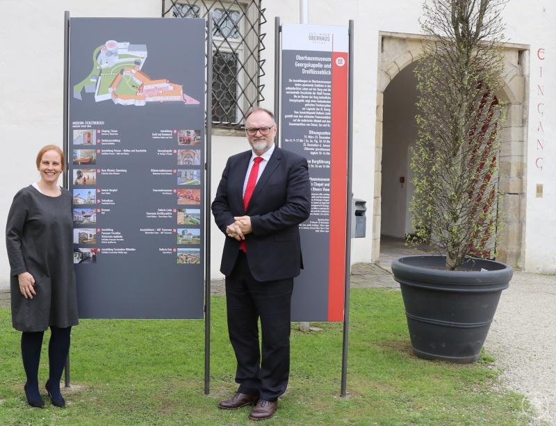 Die Leiterin des Oberhausmuseums, Dr. Stefanie Buchhold, stellt Oberbürgermeister Jürgen Dupper das neue Fußgängerleitsystem vor.