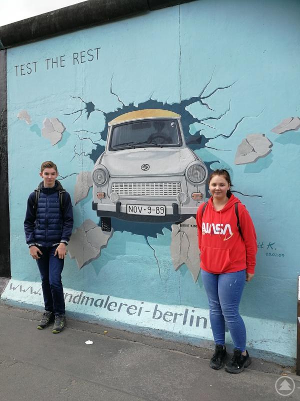 Dass Berlin voller Geschichte ist, erlebten Isabell und Elias während eines Stadtspaziergangs und waren insbesondere von der East Side Gallery sehr angetan.