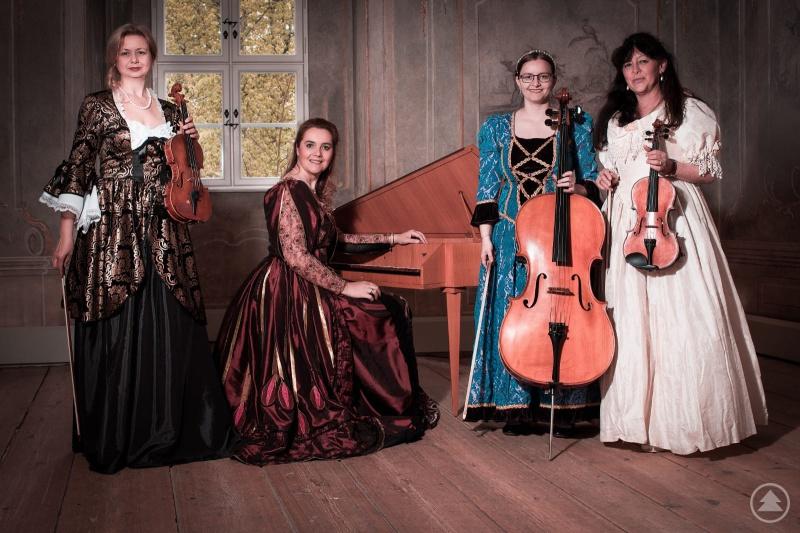 Wollen die Besucher in die Zeit des Barock entführen (von links): Elvira Rapp, Tatjana Šverko, Carolin Göttl, Josefine Sedlmayr im Fürstenzimmer auf Schloss Wolfstein.