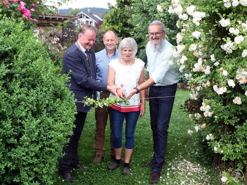 Der stellvertretende Landrat Willi Killinger (v.li.), Alois Kroner, Sabine Wühr und Klaus Eder, Kreisfachberater für Gartenkultur und Landespflege, durchschnitten das Eröffnungsband.