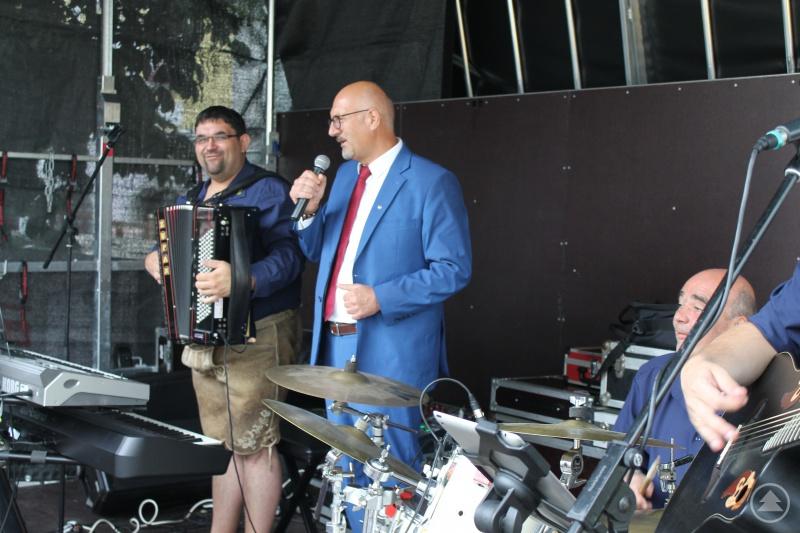 Mit einem Ständchen begrüßte Manfred Eibl, der Vorsitzende der ILE Ilzer Land die neue Bühne im Ilzer Land.